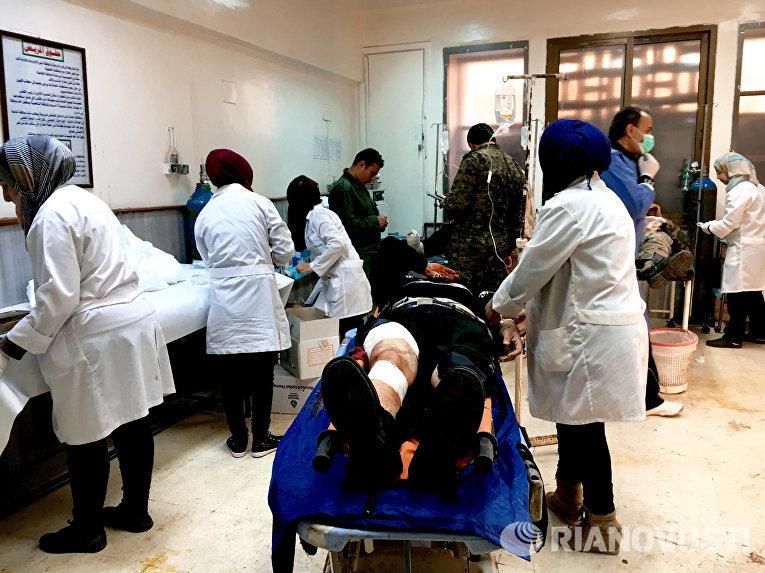 Пострадавшие в результате обстрелов террористами сирийского города Дераа в больнице