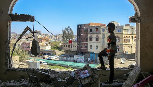Мальчик осматривает разрушенное здание в Йемене. Архивное фото