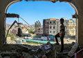 Мальчик осматривает разрушенное здание после атаки на город Таиз в Йемене. Февраль 2016