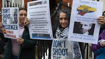 Сторонники Джулиана Ассанджа возле посольства Эквадора в Лондоне, Великобритания. 4 февраля 2016