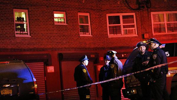 На месте убийства полицейских патрулировавших один из жилых комплексов в Бронксе, Нью-Йорк. 5 февраля 2016 год