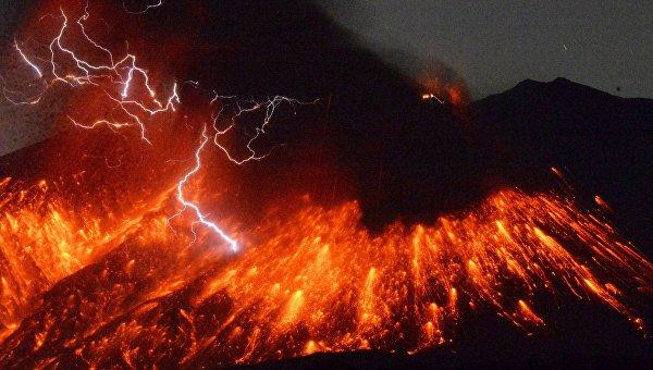 Извержение вулкана Сакурадзима в провинции Кагосима на юге Японии. 5 февраля 2016