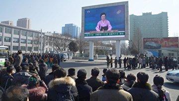 Люди в Северной Корее смотрят новость о запуске ракеты