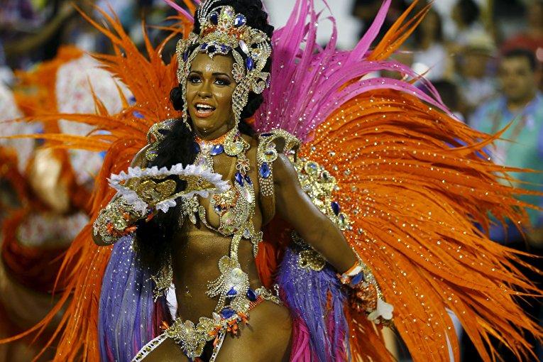 Участница карнавала в Рио-де-Жанейро, 8 февраля 2016