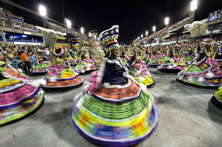 Участники карнавала в Рио-де-Жанейро, 7 февраля 2016