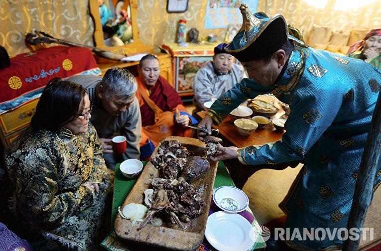 Хозяин принимает гостей в юрте на зимней чабанской стоянке в Кызылском кожууне Республики Тыва.