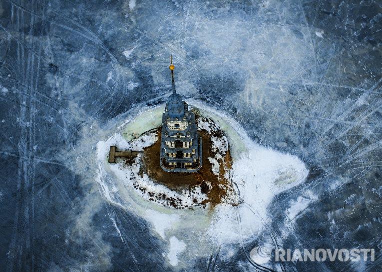 Затопленная водами Угличского водохранилища колокольня Никольского собора