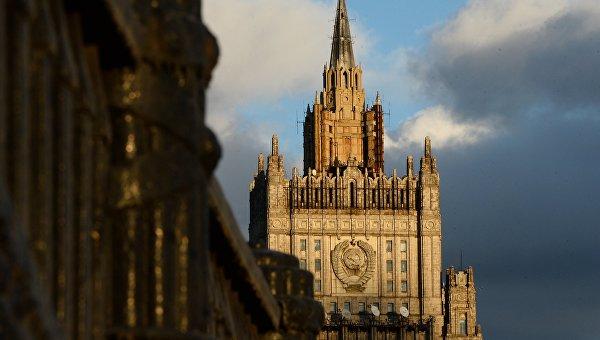 Вид на здание Министерства иностранных дел Российской Федерации с Бородинского моста в Москве