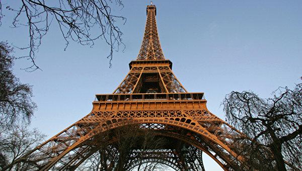 Эйфелева башня в Париже. Архивное фото