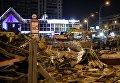 Сотрудники коммунальных служб производят снос незаконно построенных торговых павильонов у метро Таганская в Москве