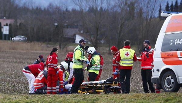 Медики на месте столкновения двух пассажирских поездов в Германии. 9 февраля 2016