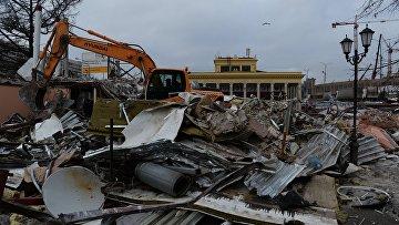 Сотрудники коммунальных служб сносят незаконно построенные торговые павильоны у метро Динамо в Москве