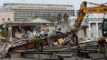 Сотрудники коммунальных служб сносят незаконно построенные торговые павильоны у метро Сухаревская в Москве