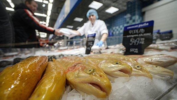 Посетитель в рыбном отделе гипермаркета. Архивное фото