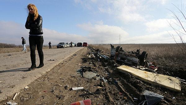 На месте подрыва автобуса на мине в Донбассе. Архивное фото