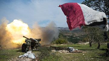 Артиллеристы сирийской армии ведут стрельбу на позициях в провинции Идлиб на северо-востоке Сирии. Архивное фото
