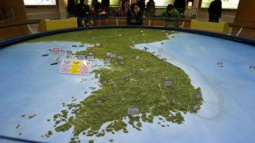 Карта Корейского полуострова в зале обсерватории Южной Кореи. Архивное фото