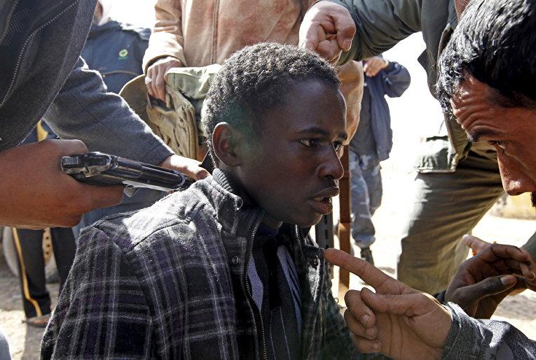 Захваченный повстанцами в плен сторонник Каддафи. Март 2011