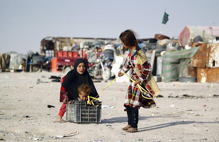 Дети играют на улице в городе Эн-Наджаф, Ирак