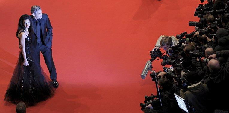 Американский актер Джордж Клуни с супругой британским адвокатом ливанского происхождения Амаль Клуни на церемонии открытия 66-го Берлинского международного кинофестиваля Берлинале - 2016