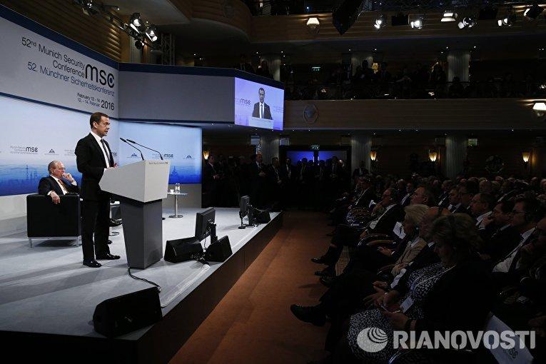 Председатель правительства РФ Дмитрий Медведев выступает на Мюнхенской конференции по вопросам политики безопасности