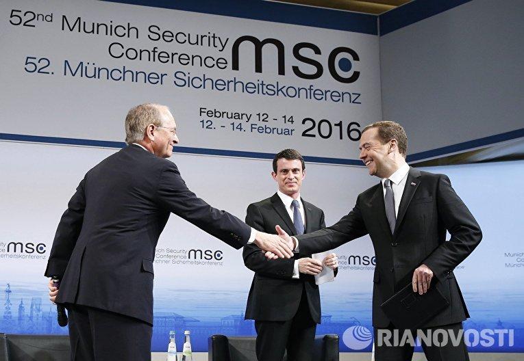 Председатель правительства РФ Дмитрий Медведев (справа) на Мюнхенской конференции по вопросам политики безопасности