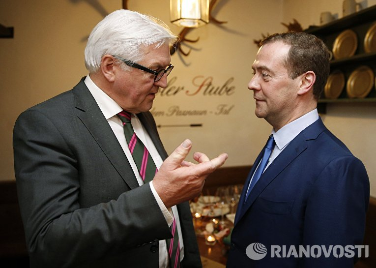 Председатель правительства РФ Дмитрий Медведев и министр иностранных дел ФРГ Франк-Вальтер Штайнмайер во время встречи на полях Мюнхенской конференции по безопасности