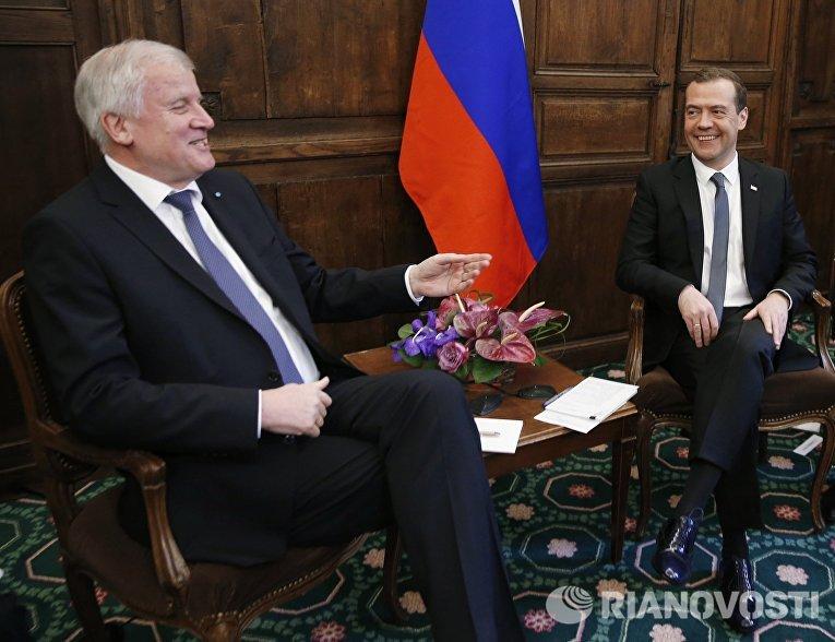 Председатель правительства РФ Дмитрий Медведев и премьер-министр федеральной земли Бавария Хорст Зеехофер во время встречи на полях Мюнхенской конференции
