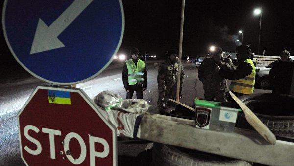 Украинские активисты стоят на блокпосту возле Львова, блокируя движение грузовиков с российскими номерами во Львовской области. Архивное фото