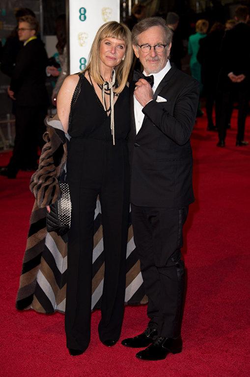 Режиссер Стивен Спилберг с женой Кейт Кэпшоу на церемонии вручения премий Британской академии кино и телевизионных искусств