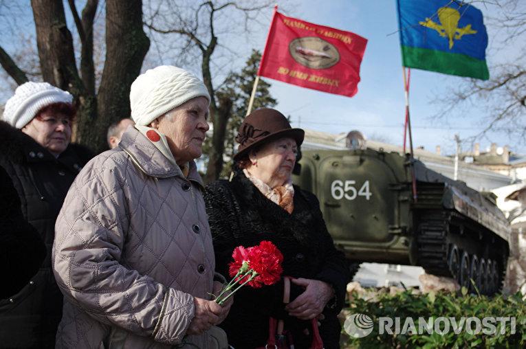 Участники военно-патриотической акции, посвященной годовщине вывода советских войск из Афганистана в Севастополе