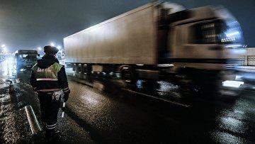 Сотрудник дорожно-патрульной службы дежурит на посту во время проведения оперативно-профилактического мероприятия Невод в Москве
