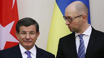 Премьер-министр Турции Ахмет Давутоглу и премьер-министр Украины Арсений Яценюк в Киеве
