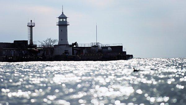 Маяк городского порта Ялты в акватории Черного моря. Архивное фото