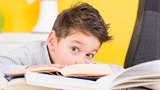 Ребенок с книгами. Архивное фото