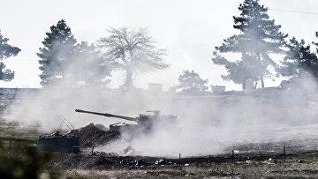 Турецкие военные ведут стрельбу по сирийской стороне на границе Турции и Сирии, 15 февраля 2016. Архивное фото