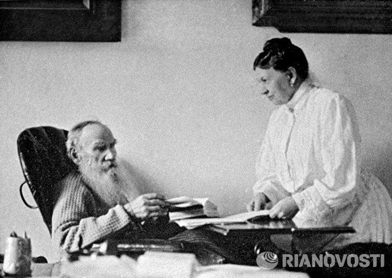 Писатель Лев Николаевич Толстой с женой Софьей Андреевной Толстой