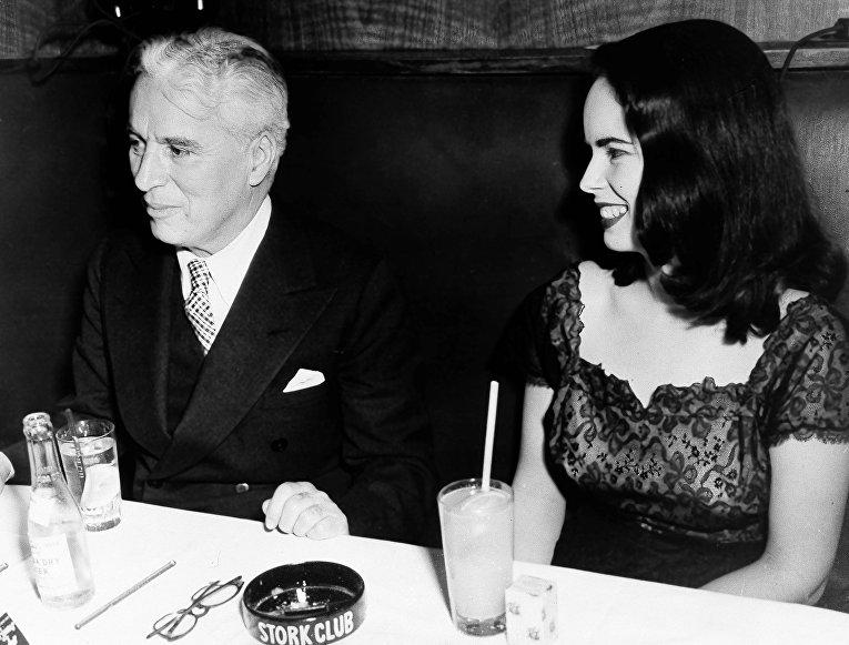 Актер Чарли Чаплин и жена Уна О'Нил в клубе в Нью-Йорке, 10 апреля, 1947