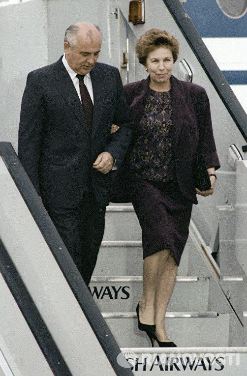 Президент СССР Михаил Сергеевич Горбачев (слева) с супругой Раисой Максимовной (справа) спускаются по трапу самолета в Лондонском аэропорту