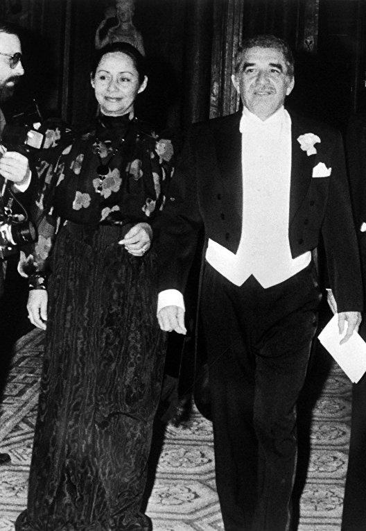 Колумбийский писатель Габриэль Гарсиа Маркес и его жена Мерседес Барча 11 декабря 1982 года в Стокгольме