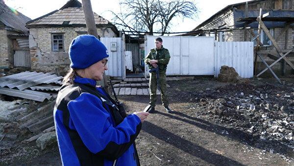 Сотрудник ОБСЕ в поселке Зайцево в Донецкой области . Архивное фото