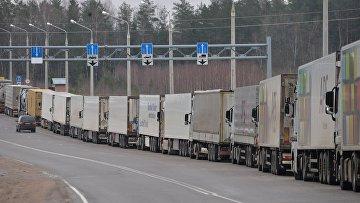 Российские грузовики в очереди на пересечении белорусско-литовской границы в пункте пропуска Бенякони. Архивное фото