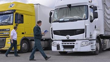 Российские грузовики на таможне. Архивное фото