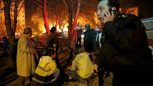 Спасатели на месте взрыва в центре Анкары, Турция