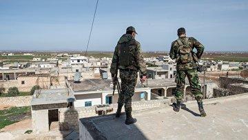 Военнослужащие Сирийской Арабской армии в освобожденном от боевиков поселке Охрус в провинции Алеппо. Архивное фото
