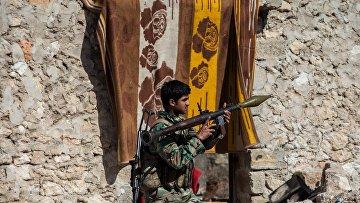 Военнослужащий Сирийской Арабской армии в освобожденном от боевиков поселке Охрус в провинции Алеппо