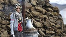 Девушка готовит еду в разрушенной землетрясением курдской деревне Джаник. Турецкая провинция Ван