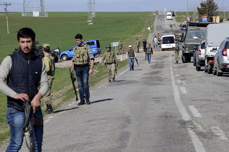 Турецкие военные на месте взрыва военного конвоя в провинции Диярбакыр, Турция
