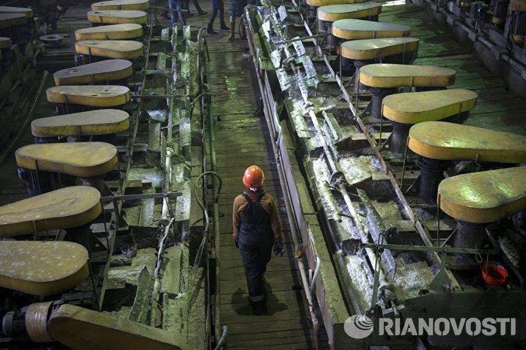 Рабочие на Центральной обогатительной фабрике Березовского золотоносного рудника в Свердловской области