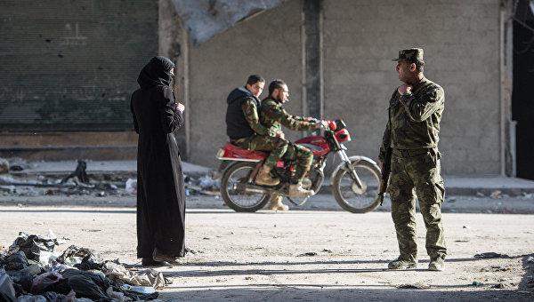 В жилом квартале города Алеппо, через который проходит линия фронта